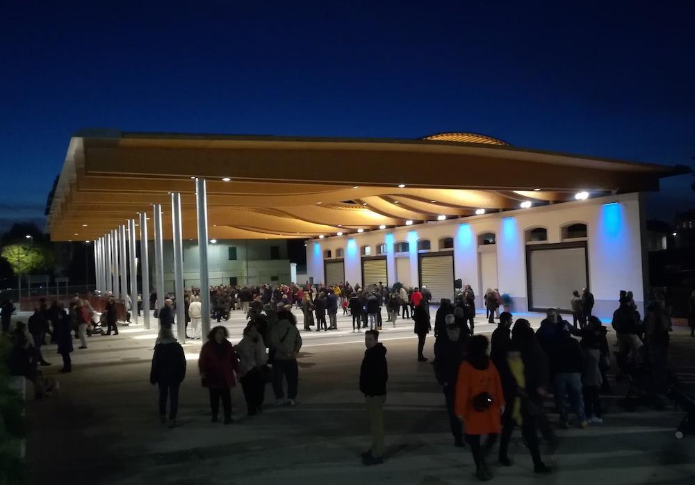 L'illuminazione del mercato in piazza delle Cure