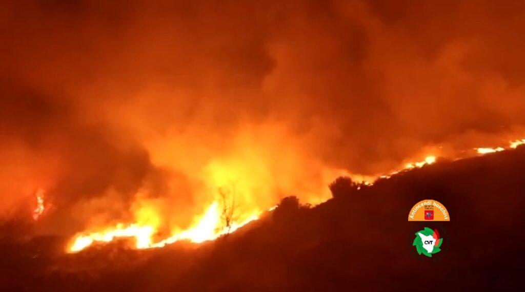 Camaiore, spento l'incendio. Consumati 18 ettari