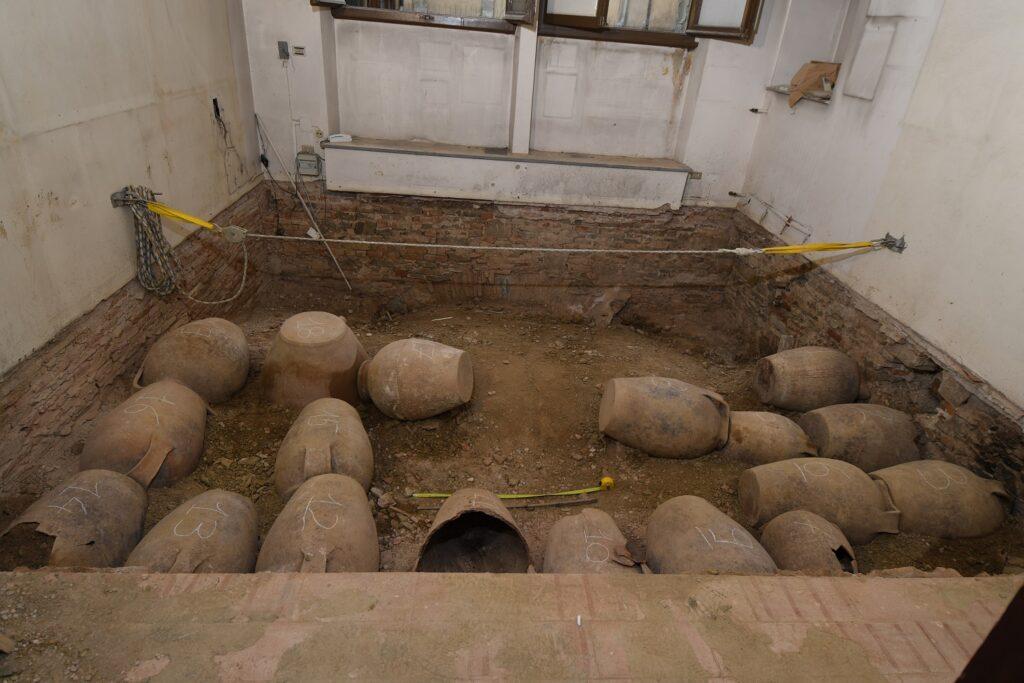 ritrovamento di vasi e orci in terracotta
