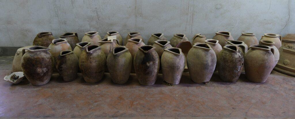 ritrovamento di orci e vasi in terracotta